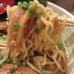 いち - 麺は中華そば風の縮れ中細麺。