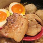 いち - 鶏のチャーシューと豚のチャーシュー。 それぞれの肉の旨味に加え、炙った香ばしさもあり、醤油味とすごくマッチします。