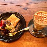 EITAI BREWING Cafe&Dinner - クッキー&クリームNYチーズケーキ 680円、キャラメルラテHOT 650円