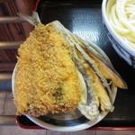 上野製麺所 - なす天@100円、サンマのフライ@140円(ともに税込み)