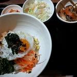 まる飯 - ランチ メイン以外の小鉢+ご飯(+100円でナムルビビンバ)