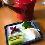 須坂屋 - サービスの漬物とそば湯