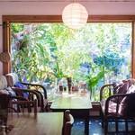 カフェ ウエスヤ - 大きな窓から差し込む木漏れ日が心地よい
