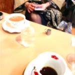 阪神構内喫茶 - 混んで来ると相席が当たり前になる。私の目の前には、後客の女性(喫煙者)が座ってミルクティーを飲んで、私より先に出て行った。