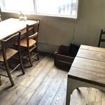 アンセム - 座った席の左側は、4人掛けテーブルが並びます(2017.10.20)