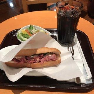 エクセルシオールカフェ 関内マリナード店 - コーンドビーフ&カマンベールチーズのパニーニセット。 税込910円。 美味し。