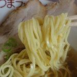 さつまラーメン - 麺は黄色味がかったスクエアーな中細ストレート
