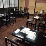 鴨正 - テーブル席(ホール)