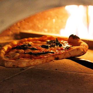 高温のピザ窯で焼き上げる人気のピッツァ♪