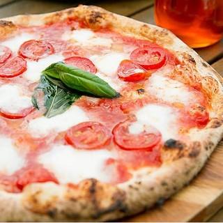 ナポリの大会入賞のもちもち食感の石窯焼きピッツァ。
