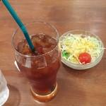 伊豆高原ケニーズハウスカフェ - ランチのドリンクとサラダ