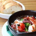 ぷりぷり海老とマッシュルーム、小柱、ブロッコリーの海鮮アヒージョ