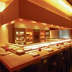 松栄 - すっきりしたカウンター、美しいネタケース。江戸前の寿司の素晴らしさを、味わいだけでなく、目でも楽しんでいただける工夫がいっぱいの店内。