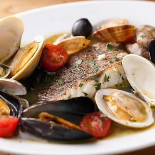 シェフ自慢のアクアパッツァ!濃厚な魚貝のスープが決め手です。