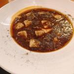 ゴールデンユニコーン - 自家製甜麺醤とブラックビーンズの麻婆豆腐@1,000円 赤くなく、茶色の麻婆豆腐。散らされた胡椒がおしゃれ。