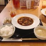 ゴールデンユニコーン - 自家製甜麺醤とブラックビーンズの麻婆豆腐@1,000円 春雨サラダも意外にもたっぷり。お腹も満たされるこだわり中華。