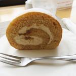 つまんでご卵 ケーキ工房 - カット商品は、プレーン(糸島ロール)525円で、塩麹キャラメルが560円。