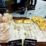 アールベーカリー - 内観;パンラックのパンたち