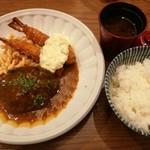 75087762 - 量しっかりのご飯と赤出汁、15品目サラダ付き、手作りハンバーグとエビフライセット950円