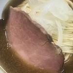 煮干中華ソバ イチカワ - 醤油ソバ UP  あしらいのチャーシューと玉ねぎスライス