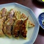 永来軒 - 餃子は一人前8個 タレは自家製お好みで辣油を!