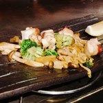 鉄板焼 広島お好み焼 ぶち - タコと旬キノコのガーリックバター