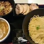 麺絆英 - チャーシューつけ麺大盛り300グラム&豚メシ。