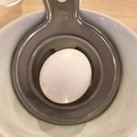 肉汁麺ススム - 生卵は、この器具で卵黄を分離します。
