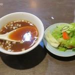 中華 味一 - 定食につくスープと漬物
