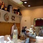 えり膳 - 店内風景。かなり狭い。5〜6人座れそうだが、3人ぐらいでバランスが取れる雰囲気。