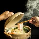 琉球沖縄料理とチャンプルー 花々 - 豚肉の美味しい食べ方を提案!沖縄アグー黒豚の蒸し鍋1800円