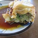 餃子会館 - 餃子は思ってたより肉厚でまんまるくこんがりと表面の焼かれた餃子、中にはニラのたっぷり入った具が詰められてました。
