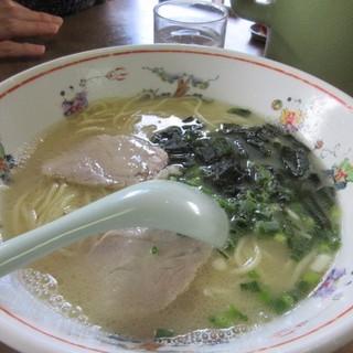 餃子会館 - 料理写真:先ずは妻の頼んだもしもしラーメン550円。  ワカメとチャシューの乗ったこの店の基本のラーメン、「もしもし」の意味は以前NTTの横でお店を営業されてたからだとか・