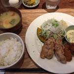 いっかく食堂 - から揚げと牡蠣フライの定食