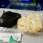 たけや - [2017/09]鮭おにぎり(120円)+味おこわ(110円)