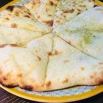タンドリーキッチン - ジェノベーゼチーズナンのアップ