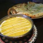 タンドリーキッチン - ダール豆のココナッツカレー&ジェノベーゼチーズナン(もちもちナンセットのナンを変更)