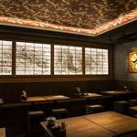 酒と肉天ぷら 勝天 - 壁一面に描かれた昇り龍はインパクト大!