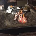 魚秀 - 炭火でじっくり焼かれています