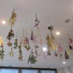 フラワー ナチュラル フード カフェ - 天井のデコの flower