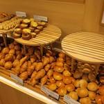 """箱根湯本ホテル - 朝食バイキング""""パン""""。"""