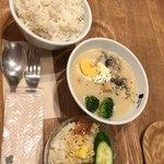 ベリーベリースープ - サーモンと鶏肉のクリームシチュー、白胡麻ごはん、ミニサラダ