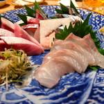 夜ノ焼魚 ちょーちょむすび - 刺身盛り(マコガレイ・鰤・秋刀魚・縞鯵)