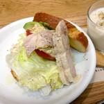 ブルー・リーフ・カフェ - フムス(ひよこ豆)とアボカド、 チキンのサンドウィッチのランチセット