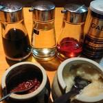 こってりらーめん せきやけ - お醤油。お酢。ラー油。胡椒。 豆板醤。ニンニク。