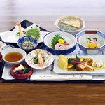 山水 - 京風会席。四季折々の魚、野菜をお楽しみいただけます。