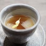 USHIGORO S - 小蕪とユリ根、菊花をあしらった和牛コンソメスープ