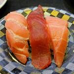回し寿司 活 - 生マグロ3貫 赤身、中トロ、大トロ