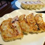 あひるの台所 - 野菜餃子と肉餃子。それぞれ5個で430円。