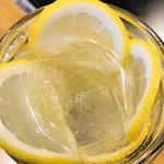 75156614 - 上からの鬼生レモン酎ハイ♡のレモンスライスで作ったお花のアップ